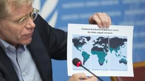 El director de emergencias sanitarias de la OMS, Bruce Aylward, muestra el mapa de extensión del virus.