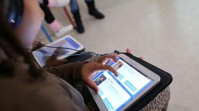 Un estudiante utilizando una tableta.
