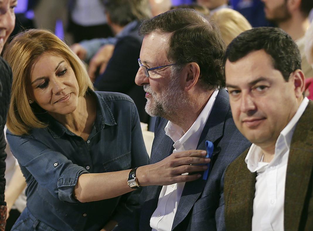 El líder del PP y presidente del Gobierno en funciones, Mariano Rajoy, con la secretaria general del partido, María Dolores de Cospedal, y el presidente del PP-A, Juanma Moreno, en un acto del partido hoy, en Sevilla