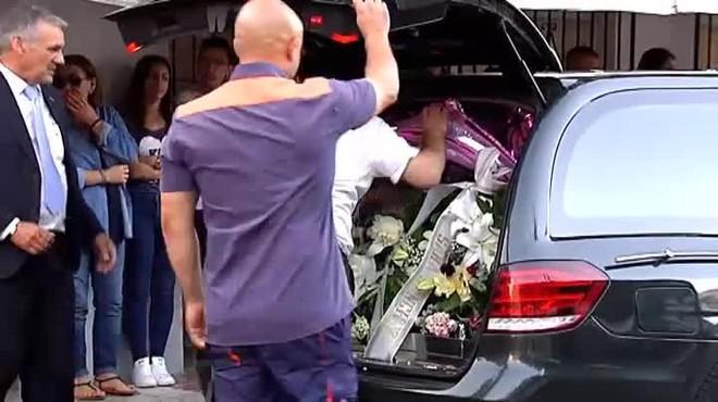 Acomiaden David Delfín entre globus i flors