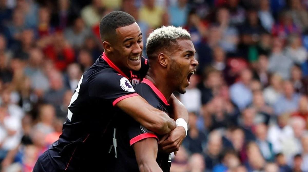 Towna y Mounie celebran el segundo gol del Huddersfield, el sorprendente líder.