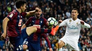 Cristiano disputa un balon con Lombán