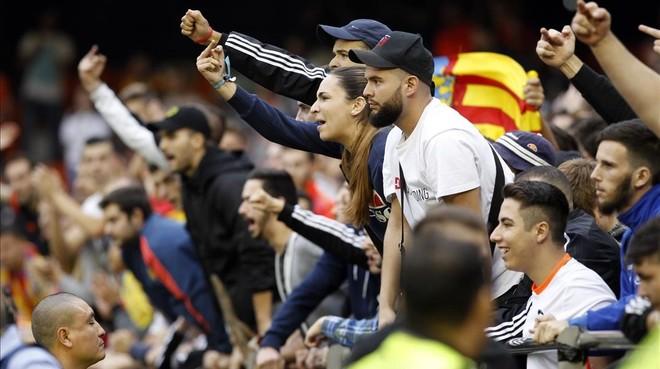 Aficionados del Valencia increpan a los jugadores del Bar�a, el pasado s�bado en Mestalla.