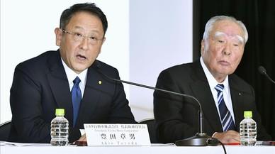 Akio Toyota (Toyota) y Osamu Suzuki (Suzuki) en la conferencia de prensa.