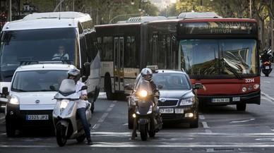 Un autobús de la línea 7, a su paso por paseo de Gràcia con Diagonal.