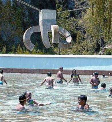 Un peque o oasis esculpido en una cantera for Piscina abandonada rubi