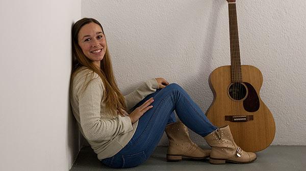La cantante Beth interpreta en ac�stico para EL PERI�DICO la canci�n 'Lullaby'.
