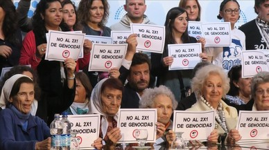 El Senado argentino aprueba una ley para evitar que los represores de la dictadura salgan antes de prisión