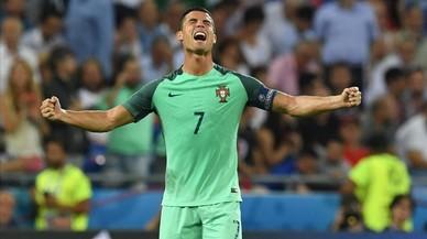 El delantero de Portugal, Cristiano Ronaldo, celebra la victoria ante Gales en la semifinal de la Eurocopa.