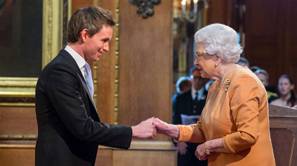 Eddie Redmayne saluda a la reina Isabel II este viernes, en el Castillo de Windsor.