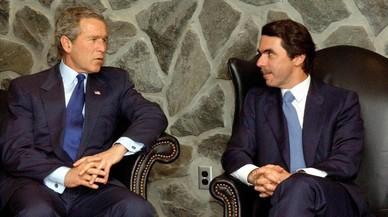 El expresidente español José María Aznar, junto al estadounidense George W. Bush en el 2003, en las Islas Azores.