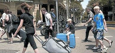 Un grupo de turistas, rumbo a su alojamiento, en Barcelona.