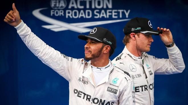 Hamilton saluda al p�blico tras lograr la 'pole' el s�bado.