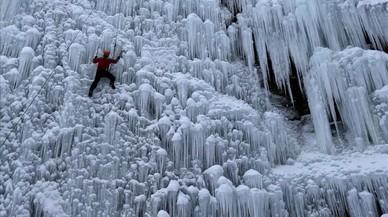 Un home escala una paret artificial de gel a la ciutat de Liberec (República Txeca).