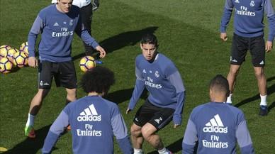 James, en el centro de un rondo junto con Kovacic, Marcelo, Casemiro y Enzo Zidane.
