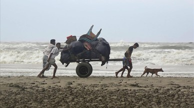 lpedragosa38675953 bangladeshis push a cartload of belongings and walk homeward170530215832