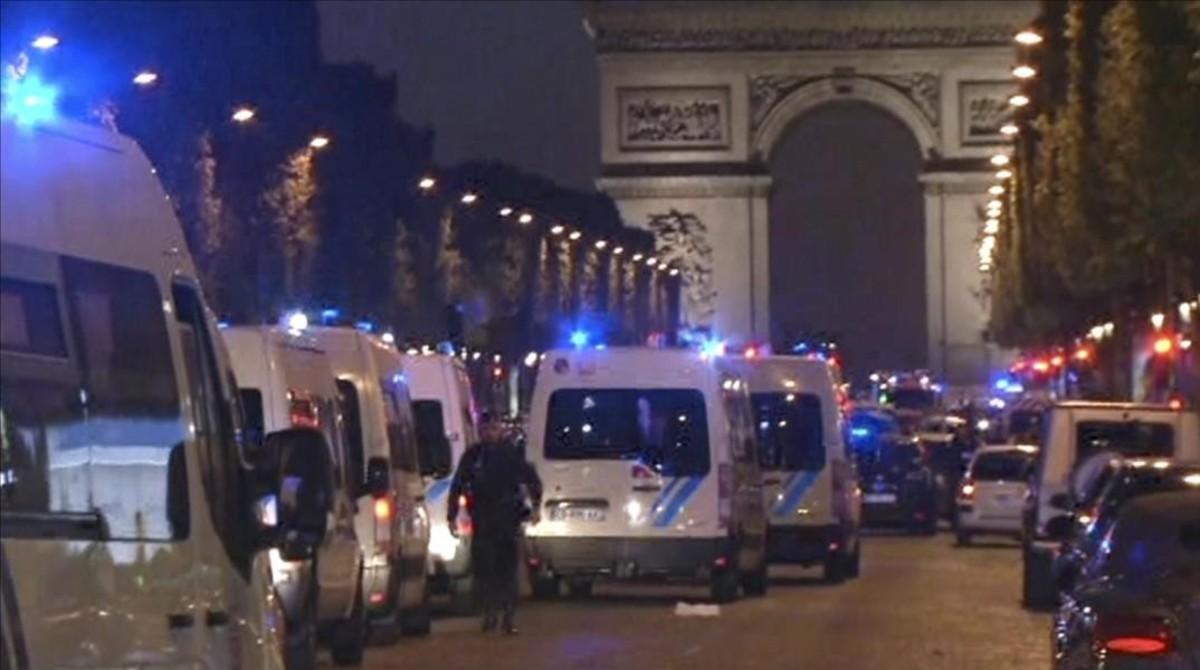 Un atemptat als Camps Elisis sacseja la campanya electoral francesa
