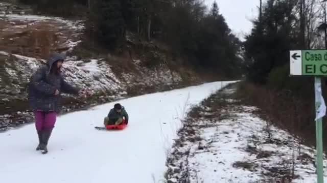 Una vintena de carreteres de Catalunya continuen afectades per la neu