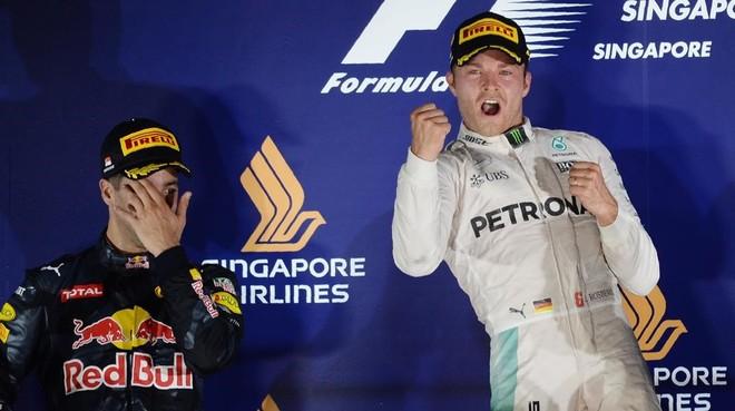 Rosberg celebra la victoria junto a Ricciardo, en Singapur.