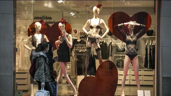 Tiendas del centro de Barcelona 'vestidas' de San Valent�n.