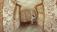 Un hombre muestra las pinturas del interior de una cueva en Guatemala.