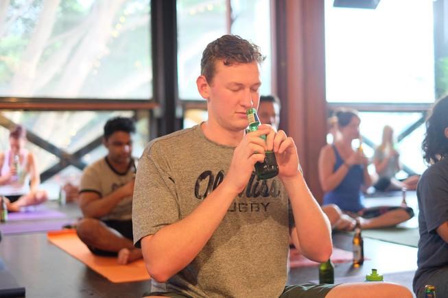 Bier Yoga: el postureo con cerveza que está por llegar