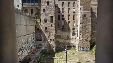 Un patio escolar bajará de un tejado a un jardín público en el Gòtic