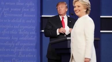 Trump observa serio a una sonriente Hillary, durante el tercer y �ltimo debate presidencial.