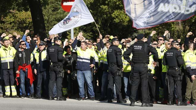 Unos 200 de estibadores se concentran ante una jornada de Rajoy