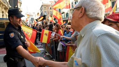 zentauroepp40462653 a man shakes hands with a spanish policeman during a demonst171008183734