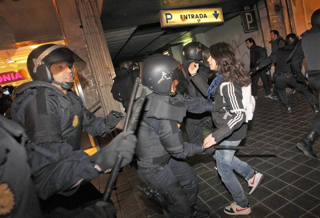 Los antidisturbios cargan contra los estudiantes en el entorno del Instituto Lluís Vives de Valencia. Kai Försterling | EFE