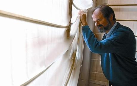 El autor mexicano Juan Villoro, en su domicilio de Barcelona, ayer.