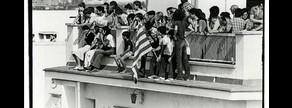 Encaramados en la azotea para ver la manifestación de la Diada en Sant Boi de Llobregat, en 1976.