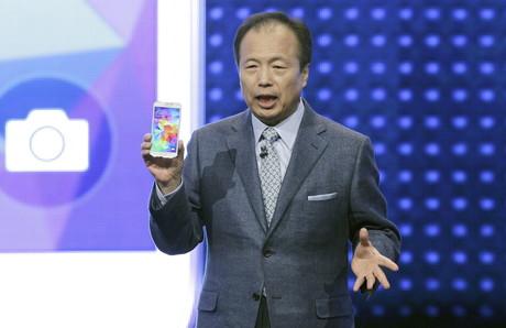 El presidente de Samsung, JK Shin, presenta la nueva versión de su móvil de alta gama, el Galaxy S5, en el Mobile World Congress de Barcelona.
