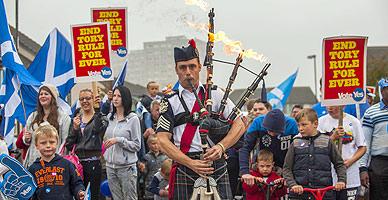Un gaitero encabeza un marcha de partidarios del 's�' a la independencia en Edimburgo.