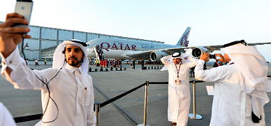 Unos j�venes catar�s se retratan junto al nuevo Airbus A380 de Qatar Airways, el jueves, en Doha