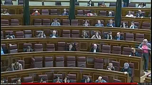 Un grupo de miembros de la Solfonica cantan La Canción del Pueblo en el Congreso de los Diputados.