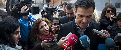 El l�der del PSOE, Pedro S�nchez, atiende a los medios.