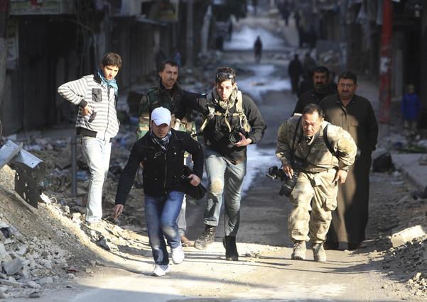 Los periodistas Bryn Karcha, de Canadá, y Toshifumi Fujimoto, de Japón, cubriendo la guerra de Siria en Alepo.