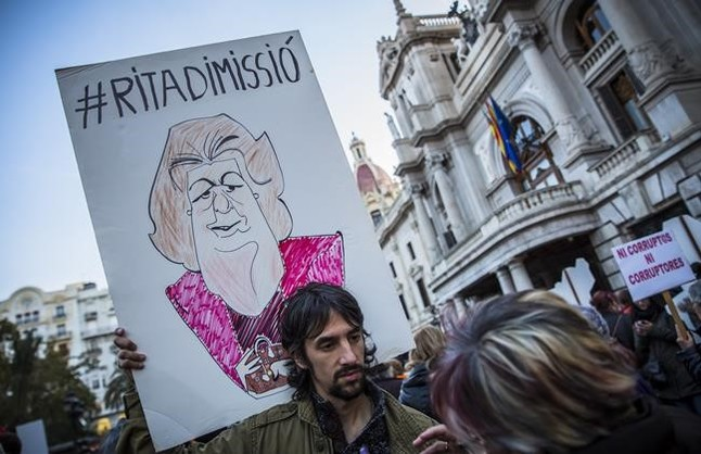 Un asistente a la manifestación contra la corrupción celebrada este domingo en Valencia, con un pancarta en contra de Rita Barberá.