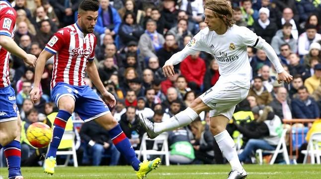 Modric, durante el partido entre el Madrid y el Sporting