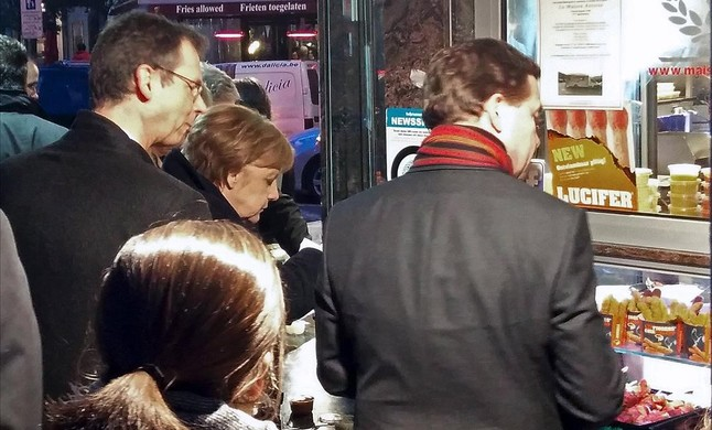 Merkel come patatas fritas en Chez Antoine, durante una pausa de la cumbre, en Bruselas.