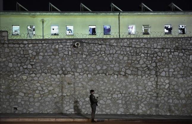 Fotografía de archivo de un agente de policia haciendo guardia frente la cárcel de Korydallos, en Atenas.