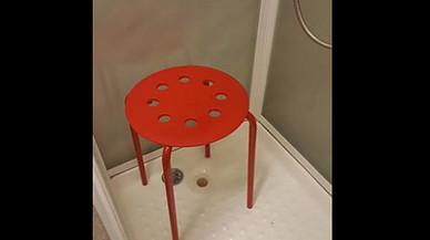 Així li va respondre Ikea al client a qui se li va atrapat un testicle en un dels seus tamborets