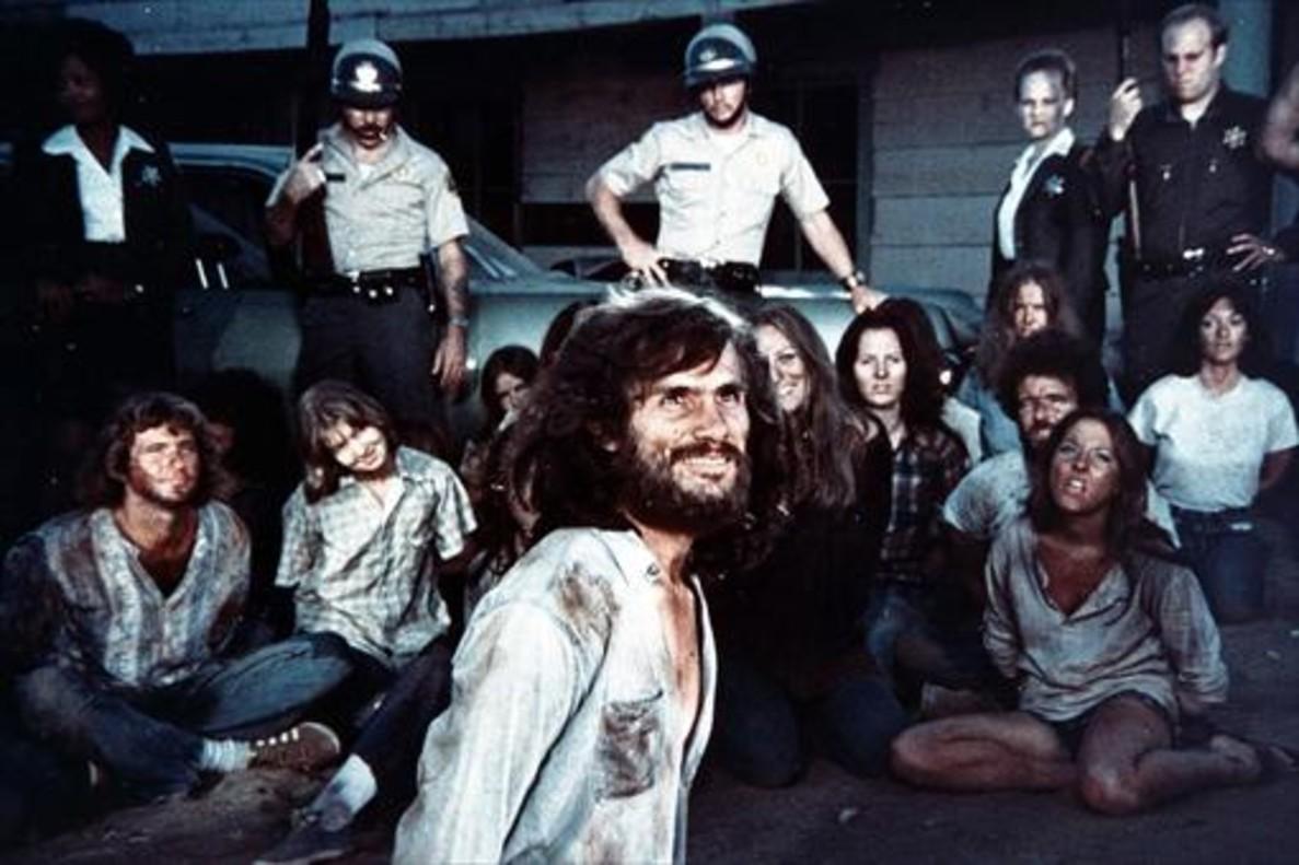 1<br/> Helter Skelter , miniserie de 1976, inspirada en el libro de Curt Gentry y Vincent Bugliosi.<br/><br/>2<br/> Manson, documental de 1973, cuando el juicio a los principales acusados acababa de terminar.<br/><br/>3<br/>House of Manson, pe