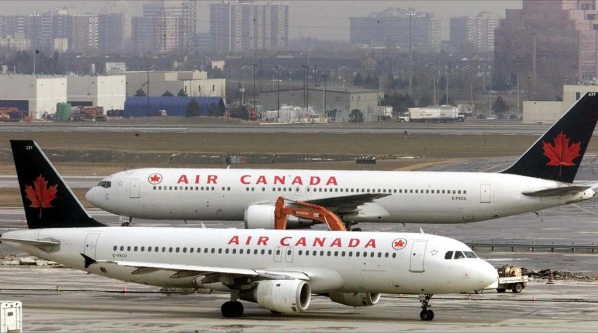 zentauroepp502857 two air canada jets pass each other on the tarmac at pearson170419010459