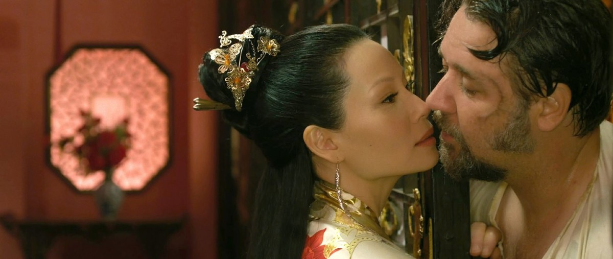 Russell Crowe y Lucy Liu, en la película El hombre de los puños de hierro