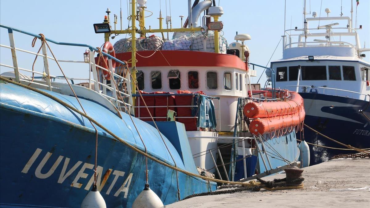 El Iuventa, de la oenegé Jugend Rettet, atracado en el puerto de Lampedusa, el 2 de agosto.