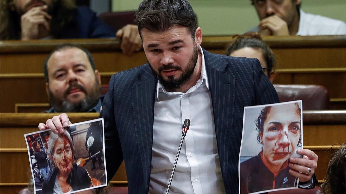 El portavoz de ERC, Gabriel Rufián, muestra unas fotografías al Gobierno.