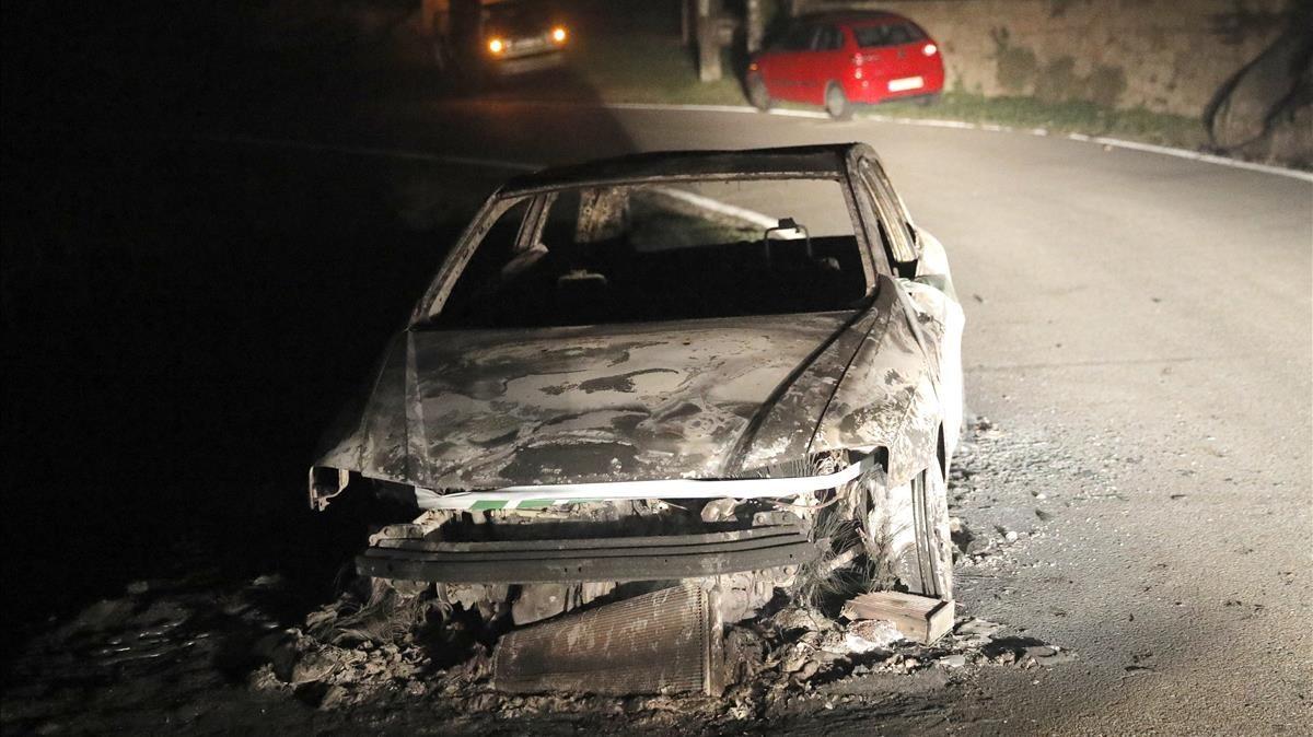 Vista de un coche calcinado en Chandebrito.